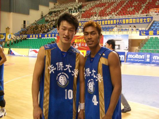 """华侨大学知名校友:CUBA""""三分王""""张佳滨与前马来西亚队队长古加尼"""