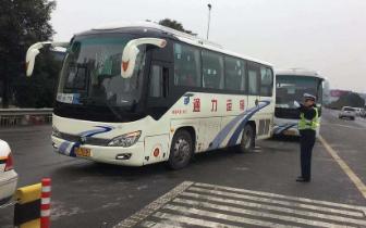 大雪致前往广元方向的高速封闭,交警警车带道疏导客运班车