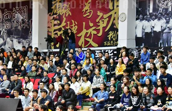 华侨大学学生在李回吒体育馆为球队加油助威