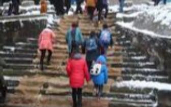 """雪大路滑!他们用200个麻袋给学生铺了条""""爱心路"""""""