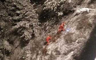 男子因路滑坠下40米高悬崖 甘孜消防冒大雪救援