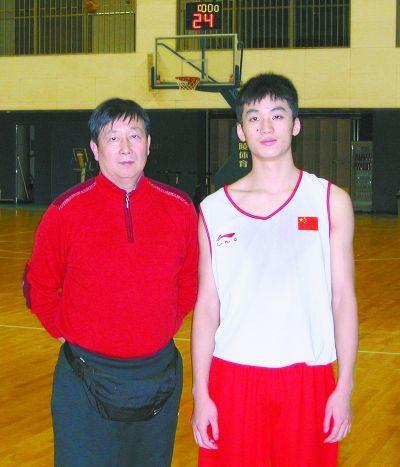 于德豪与恩师毛地(左)