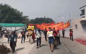 湛江吴川黄坡镇某村一村霸被抓,村民这样庆祝……