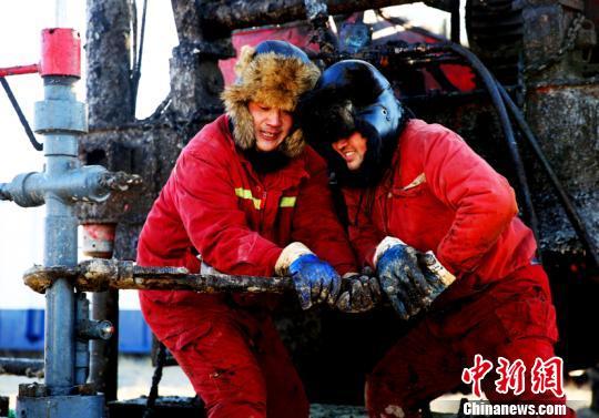 图为大庆油田工人在作业中。(许书晨摄)
