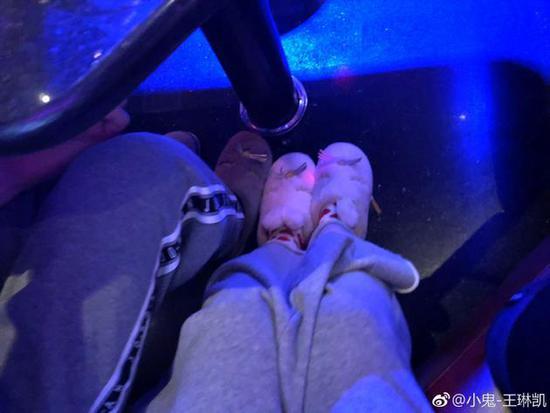 公布恋情?小鬼王琳凯晒情侣鞋子自比尼克朱迪