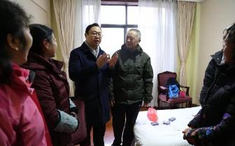 张湘汉带队慰问滞留旅客 祝游客们元旦快乐