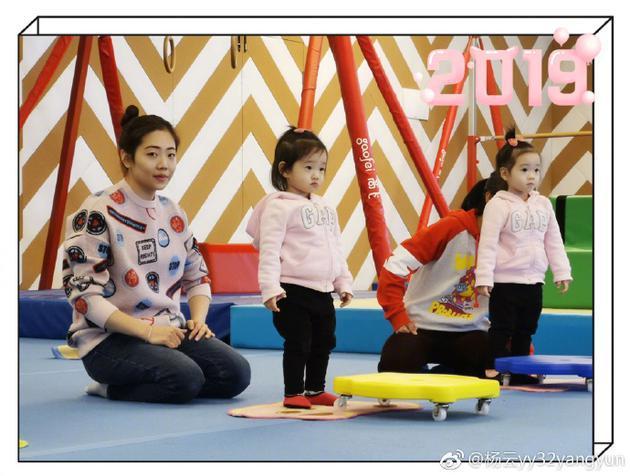 杨威妻子杨云带两女儿现身 姐妹俩穿粉衣超可爱