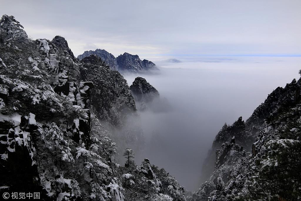 1月1日,雪后的黄山风景区云雾飘荡.图片来源:视觉中国