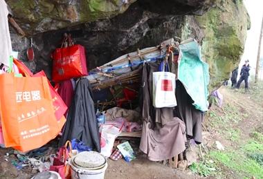 内江男子山洞住七年春节来临前民警终于帮他找到家人