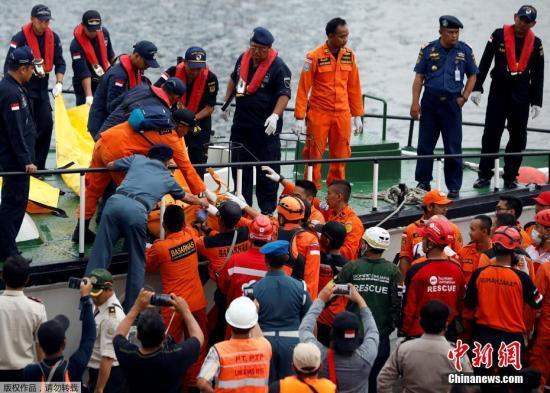 资料图:2018年10月29日印尼狮航客机坠海,搜救人员寻获机上用品。