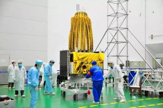 鹊桥中继星(图片来源:中国空间技术研究院)