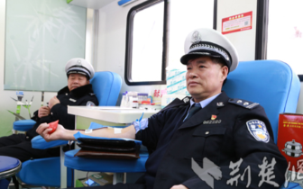 """汉川公安交警开展""""无偿献血迎新年""""公益活动"""