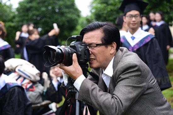 高校教师退休带走200万张学生照片 40年的校园记忆
