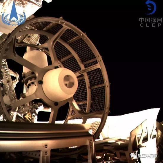 """尚未离开""""嫦娥四号""""平台的""""玉兔二号""""漫游车,这是监视相机拍摄的车轮子"""
