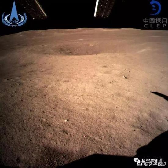 2019年1月3日10:26,嫦娥四号成功着陆月球背面;11:40,人类历史上第一张月球背面地表实拍图像成功回传地球,注意细腻的月面土壤