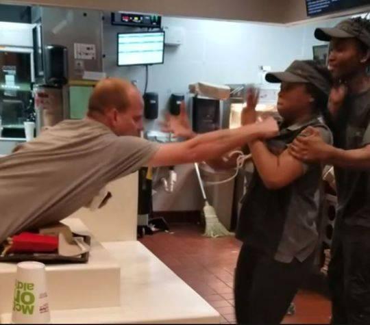 男子对麦当劳女员工动手反被揍 女员工曾是拳击手