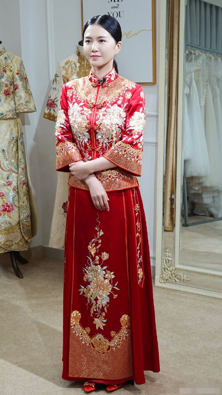谭维维穿中式婚服