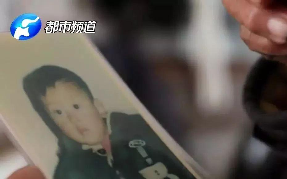 男子入室杀害夫妇抢走男婴 孩子叫了凶手17年爸爸