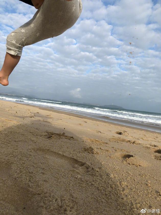 谢楠满足儿子要求拍跳跃照片 吴所谓仅下半身入镜