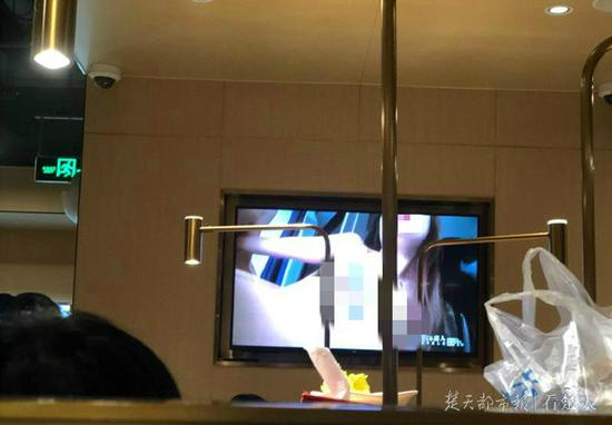 海底捞门店播放大尺度视频 工作人员:我们也很吃惊