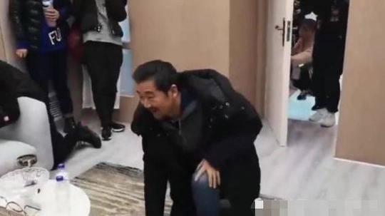 """赵忠祥回应张国立向他""""下跪"""":纯属幽默"""