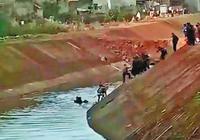 8岁小孩上学途中坠河 民警百姓水中接力救人