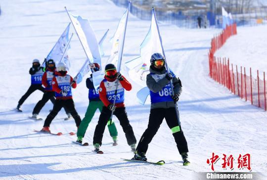 图为北京冬奥组委滑雪战队在张家口市崇礼区相关滑雪场举办训练成果展示活动,并进行实战模拟演练。北京冬奥组委供图