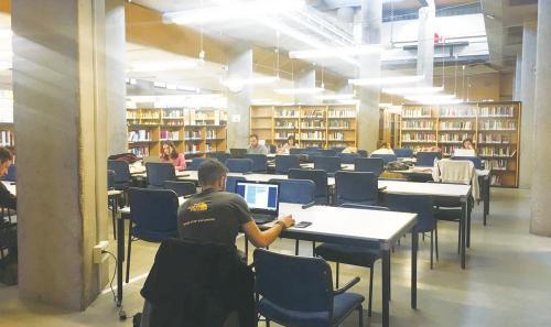 马德里自治大学图书馆内自习的学生。(图片来源:欧洲时报记者林碧燕 摄)