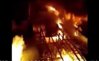 松潘县一城中村突发大火 多处房屋被烧毁