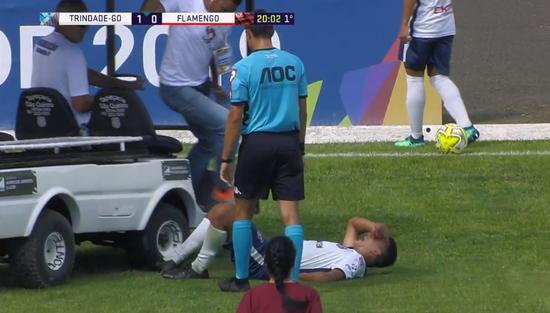 巴西球员受伤后被担架车压脚…天下足球又有素材了