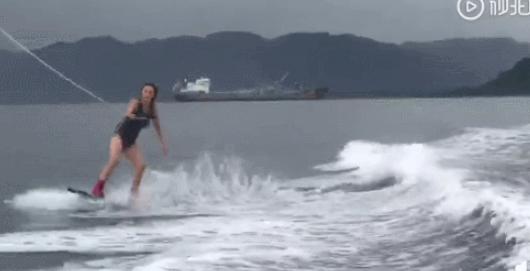 张柏芝晒帅气冲浪视频大呼想冲浪 迎浪不惧超级酷
