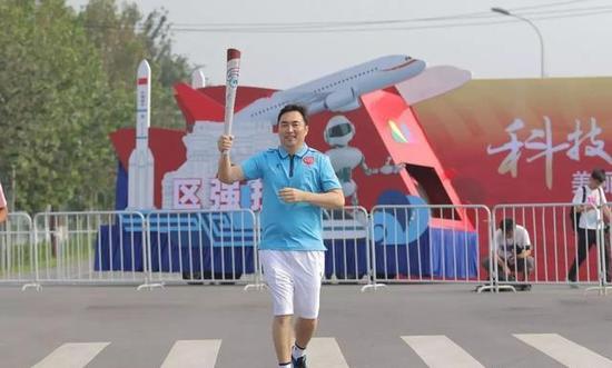 郑军在2017年全运会上担任火炬手