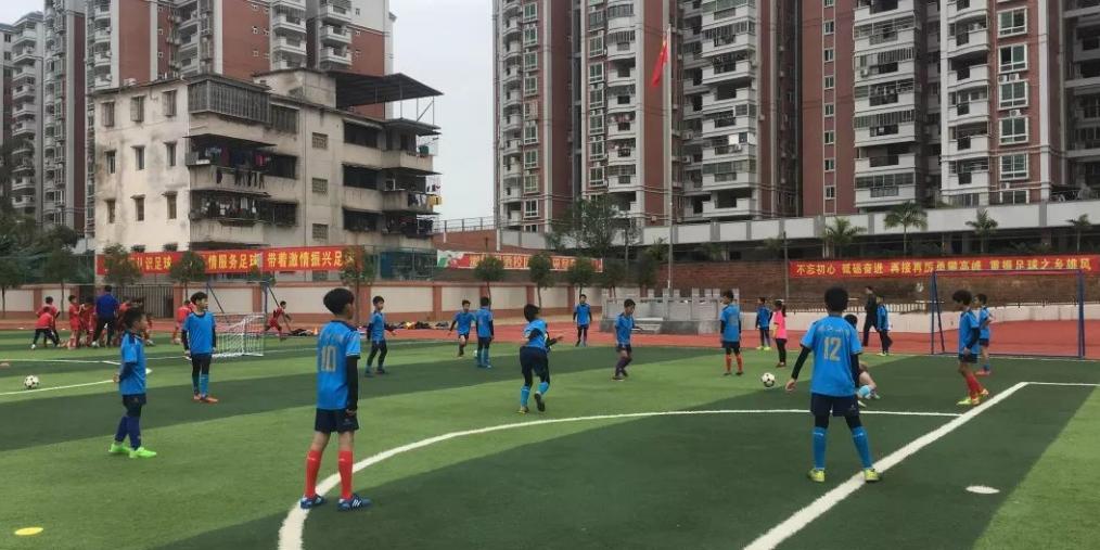 """葡萄牙足球运动员与梅县青少年""""切磋""""球技"""