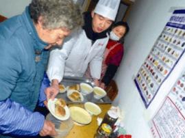 """""""烧饼哥""""蔡雨辰:给老人做早餐 免费送出100份爱心礼饼"""