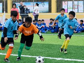 让孩子们能踢球爱足球 ——校园足球的曲周