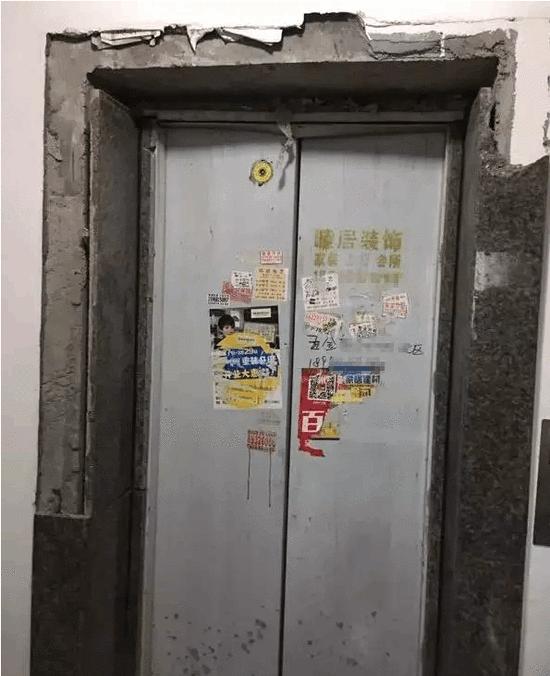大妈用杯子挡电梯 导致电梯爆炸