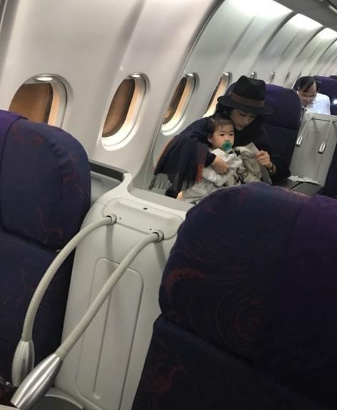网友飞机上偶遇章子怡母女 醒醒表情呆萌超可爱