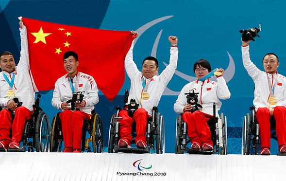 轮椅冰壶队员登领奖台举国旗庆祝
