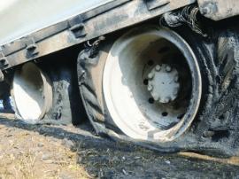 沙土货车轮胎突然起火 消防官兵15分钟排险情