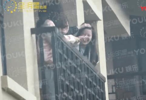 是谁?刘亦菲出游香格里拉获神秘异性陪同