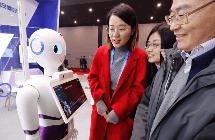 """民众体验""""互联网之光""""AI机器人"""