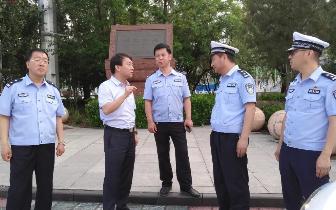 安泽县公安局长督导国卫创建交通秩序管理工作