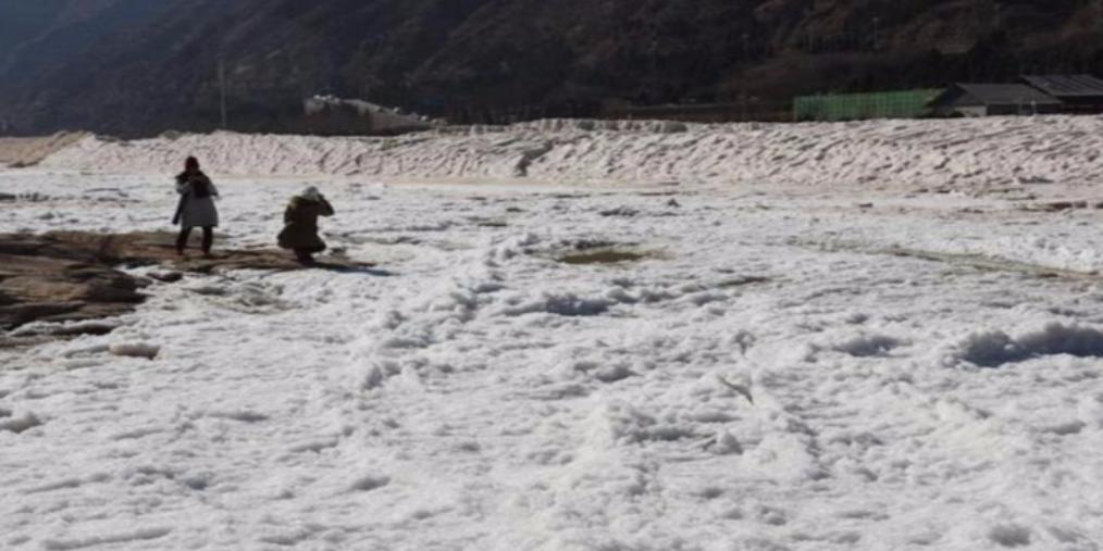 壶口瀑布景区临时关闭 冰瀑如白色巨龙