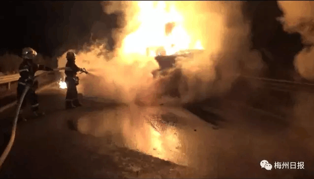 广东6人过完元宵在高速上出车祸 当场烧死!