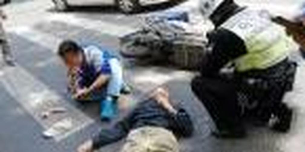 外卖哥骑电瓶车撞飞老伯 两人倒地受伤
