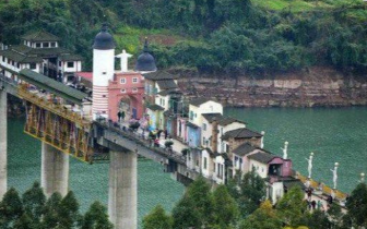 大桥上建起房屋商铺 引来众多游客参观!