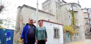 老人住日军炮楼55年 借弹孔钻出暖气管道