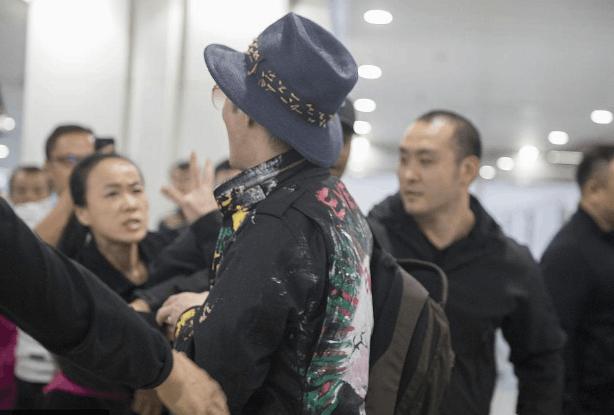 王力宏机场遇疯狂女粉丝攻击 被喊你算什么男人