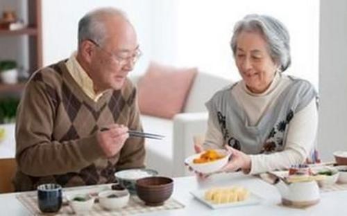 老人吃饭低点头 坚持慢、细、软、专原则