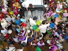 傣族民众的新年放生现场